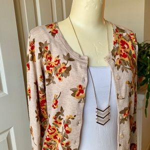 😍🍂Beautiful cardigan with fall leaves/colors